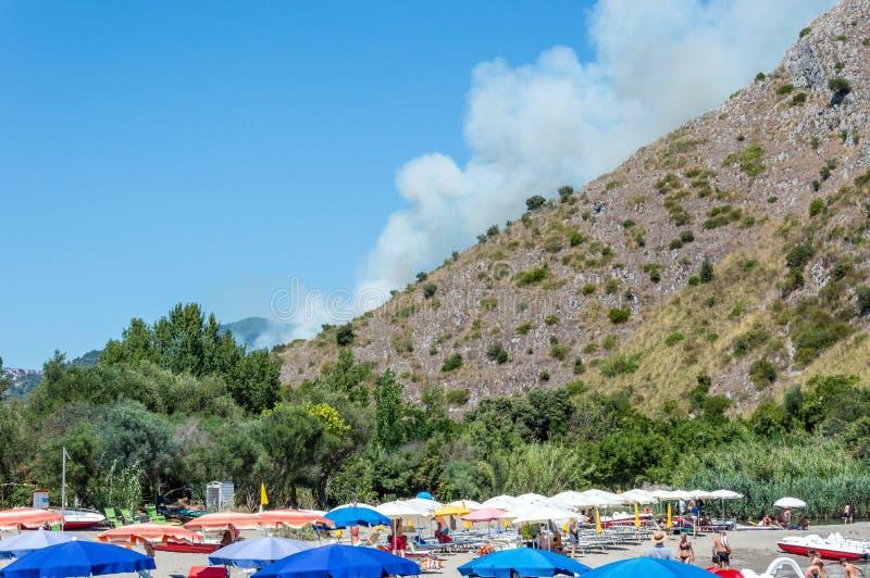 Centola, Italia/20 luglio 2016/fuoco di estate vicino a Palinuro, Mingardo, arco naturale fotografia stock libera da diritti