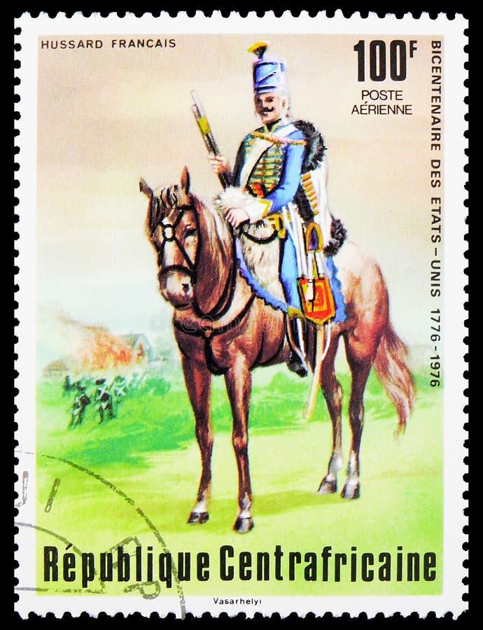 In Centraal-Afrikaanse Republiek gedrukt postzegel toont Frans Hussar, tweehonderdste verjaardag van de onafhankelijkheid van de  royalty-vrije stock fotografie