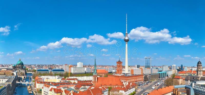 Centraal Berlijn op een heldere dag in de Lente, met inbegrip van rivierfuif royalty-vrije stock foto's