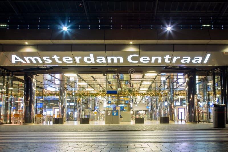 Centraal de postingang van Amsterdam bij nacht stock fotografie