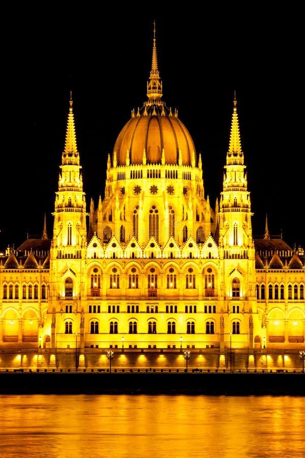 Centraal deel van het verlichte historische de bouw Hongaarse Parlement op de Rivierdijk van Donau in 's nachts Boedapest royalty-vrije stock foto's