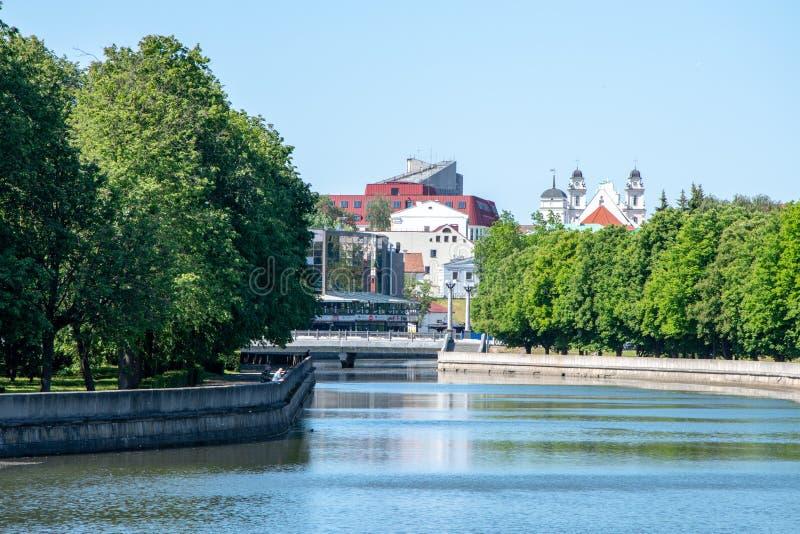 Centraal deel van Minsk, dijk van de rivier Svisloch royalty-vrije stock fotografie