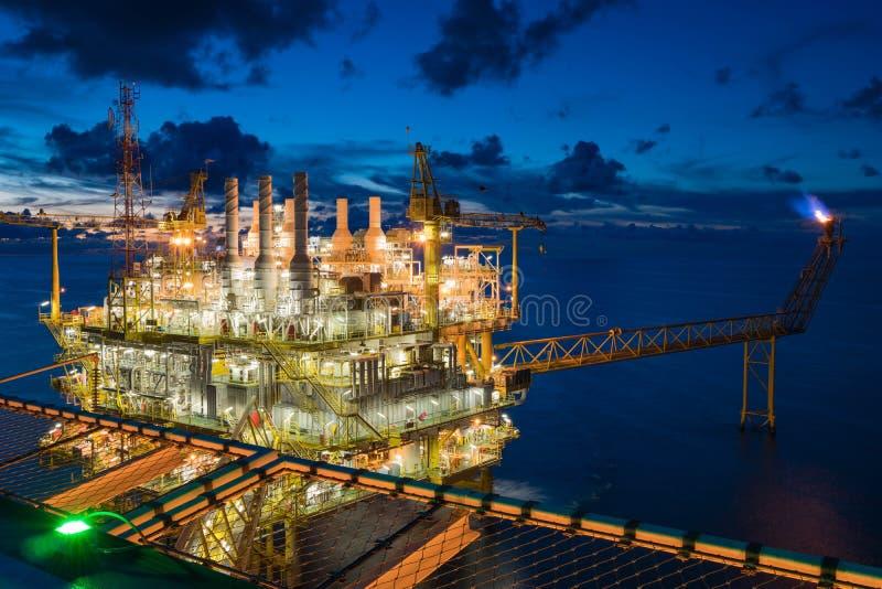 Centraal platform voor de verwerking van olie en gas in de Golf van Thailand, voor het schieten vanaf het helikopterdek op het ac stock fotografie