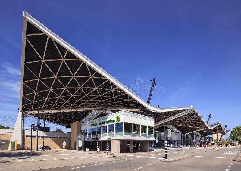 Centraal Station in Tilburg met een opmerkelijke dakbouw, Tilburg, Nederland stock fotografie