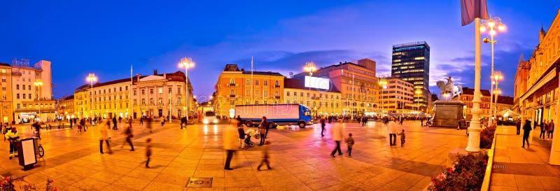 Centraal vierkant de avondpanorama van Zagreb stock foto's