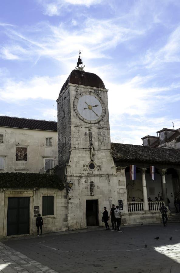 Centraal Vierkant met Klokketoren in historische stad van Trogir, Kroatië stock afbeeldingen