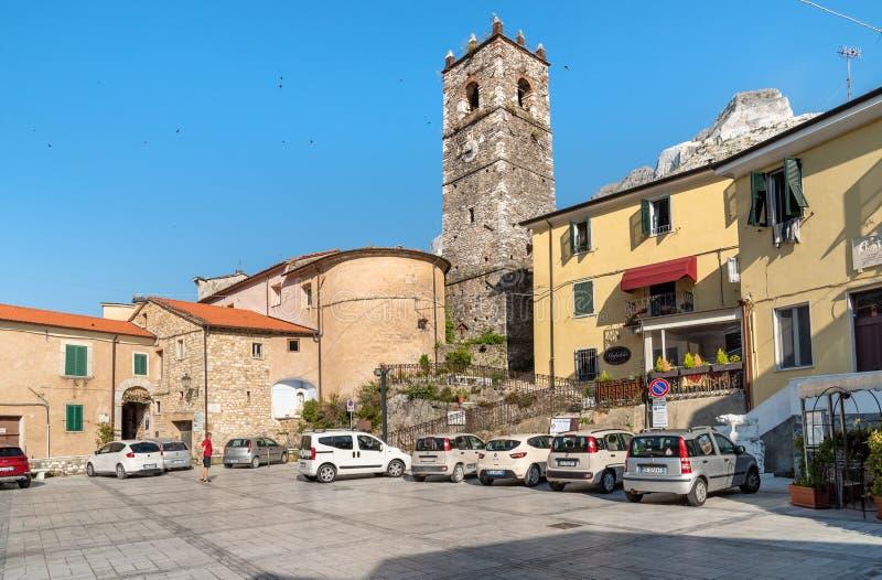 Centraal vierkant met klokketoren in oud dorp Colonnata in Toscanië, Italië royalty-vrije stock fotografie