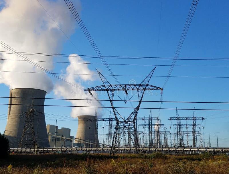 Centrais elétricas e linhas elétricas nucleares e de carvão imagens de stock