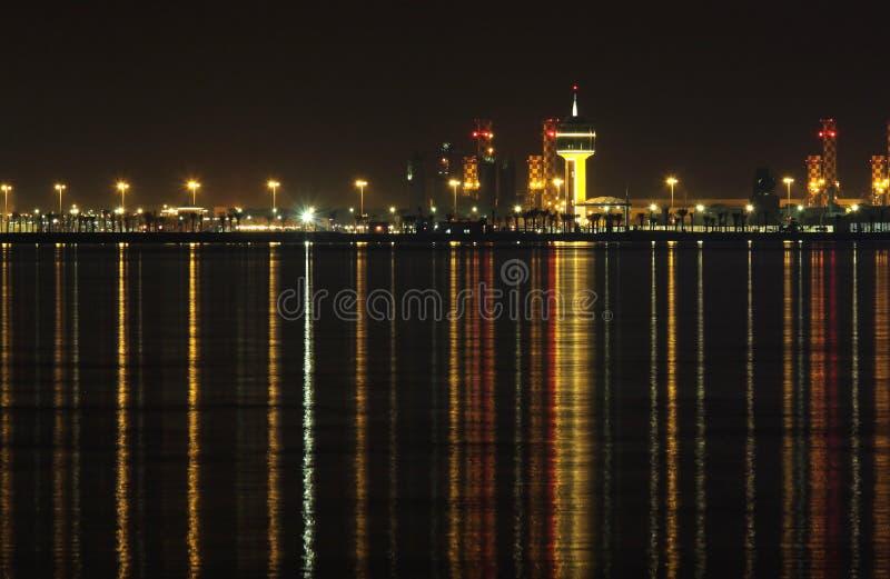 Centrais energéticas em Barém & reflexão no mar fotografia de stock