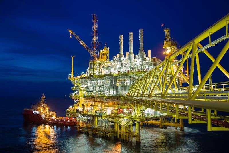 Central bearbeta plattform för frånlands- fossila bränslen som behandlar gaser och överfört till den onshore raffinaderiet och de royaltyfria bilder
