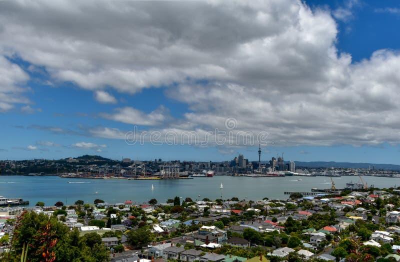 Central de Auckland, vista através do porto de Waitemata foto de stock