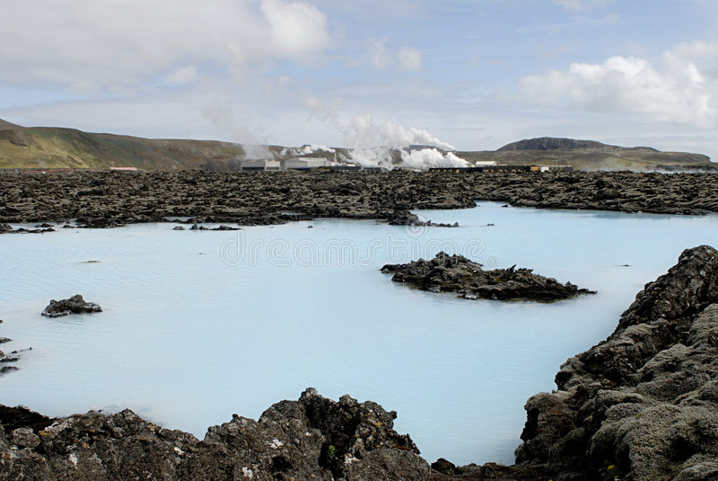 Central de calefacción fuera de la laguna azul imagenes de archivo