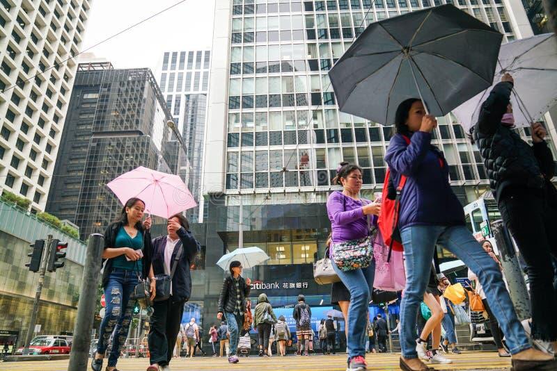 Central de Hong-Kong Muchedumbres de gente que camina en la calle en un día lluvioso fotos de archivo libres de regalías
