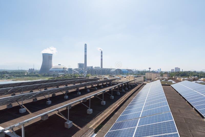Central de la energía solar del tejado y térmico  foto de archivo