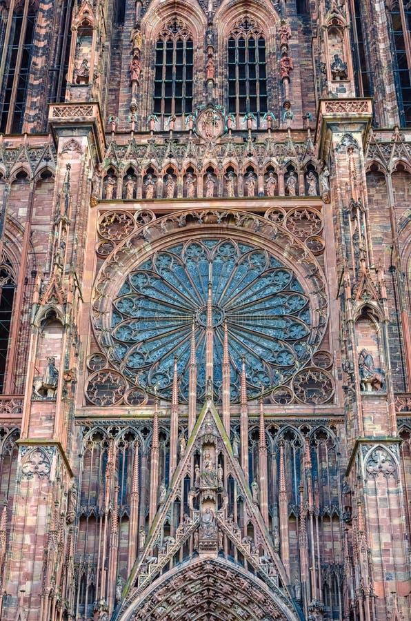 Central del av den Strasbourg domkyrkafasaden med det rosa fönstret royaltyfri fotografi