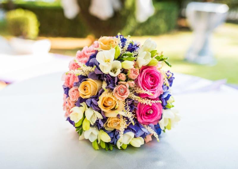 central dof bukiet róż ogniskowy kwiatek punktu nisko poślubić obraz royalty free