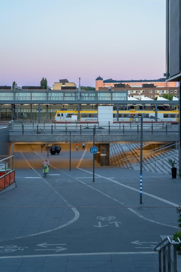 Central drevstation, Uppsala Sverige, sommarnatt fotografering för bildbyråer