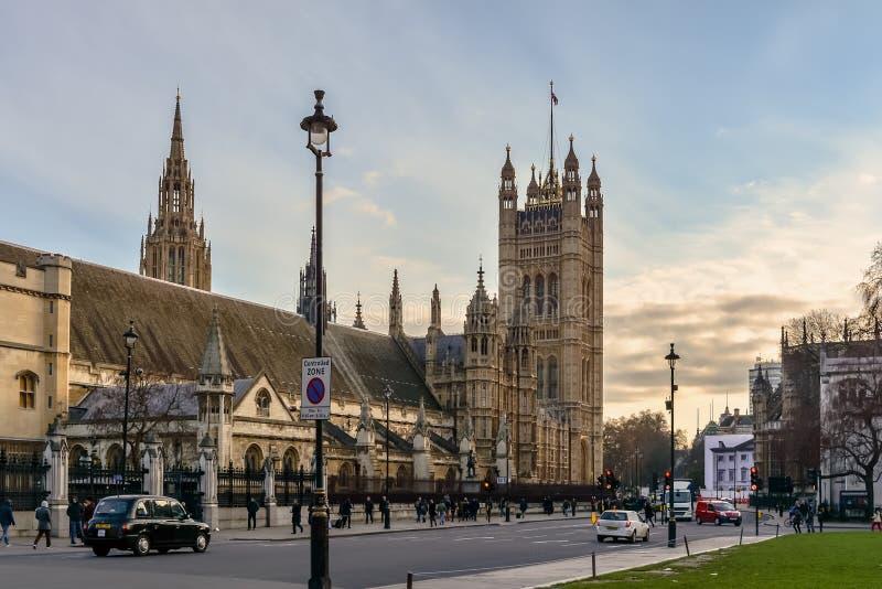 Central e Victoria Towers do palácio de Westminster foto de stock