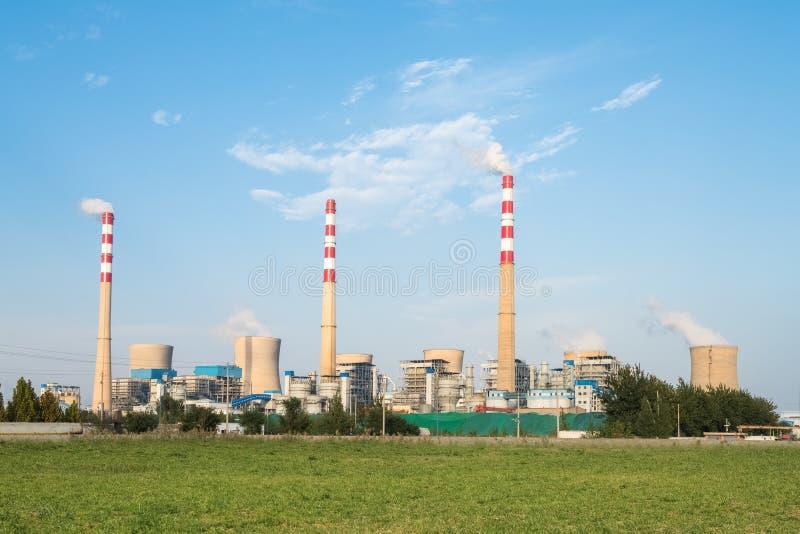Central eléctrica con carbón grande fotografía de archivo libre de regalías