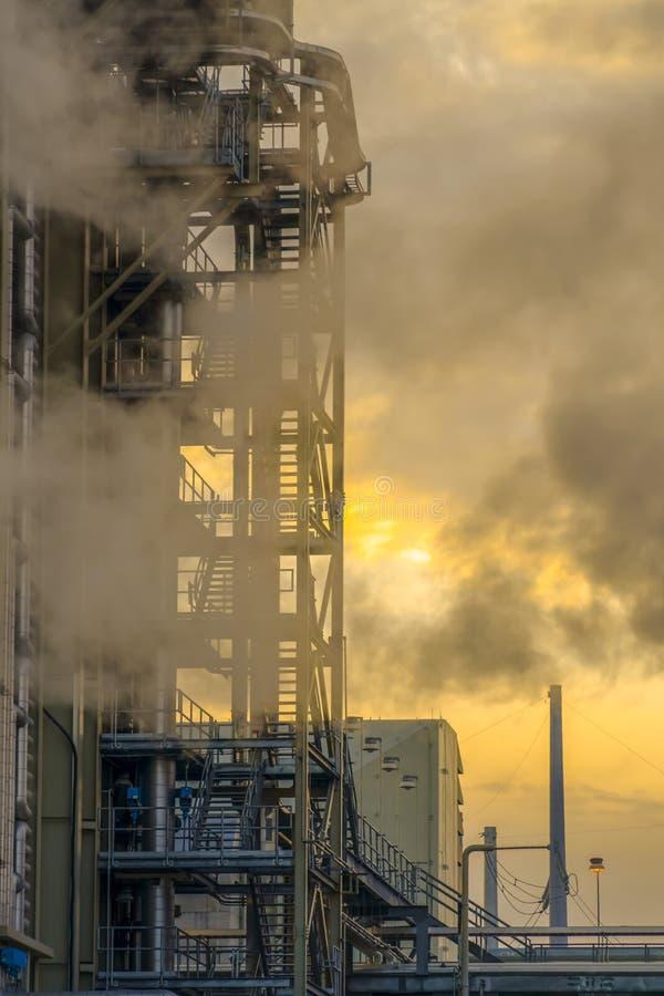 Central eléctrica con el velo del vapor contra el cielo nublado fotografía de archivo libre de regalías