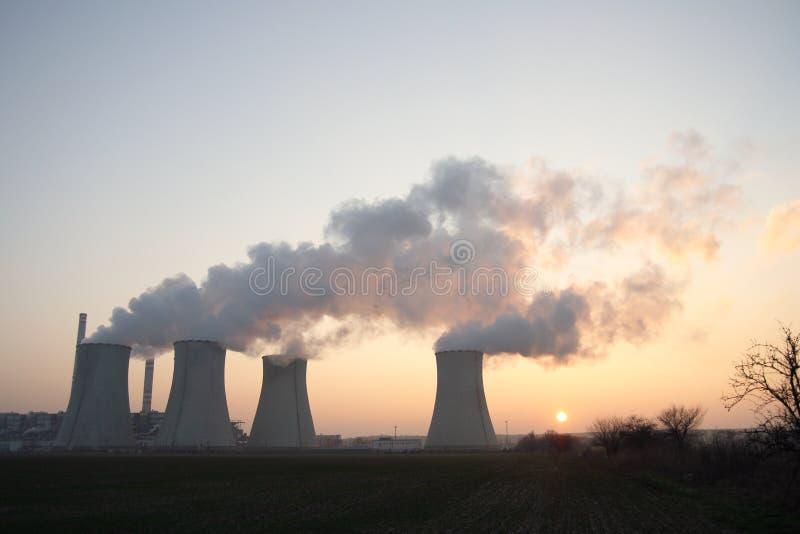 Central eléctrica de carbón en la puesta del sol fotos de archivo libres de regalías