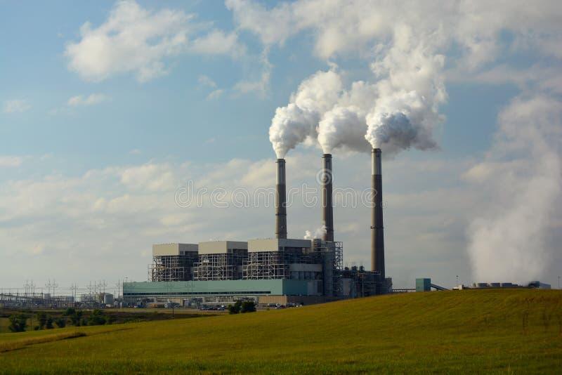 Central eléctrica de energía del carbón con el dióxido de carbono que viene de las chimeneas fotografía de archivo