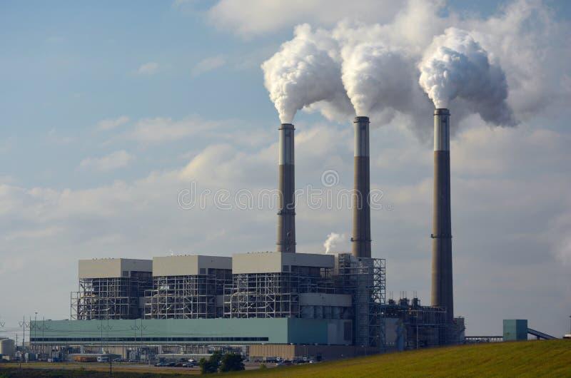 Central eléctrica de energía del carbón con el dióxido de carbono que viene de las chimeneas imagen de archivo