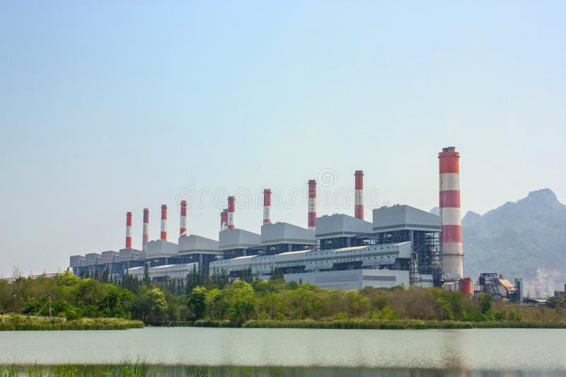 Central eléctrica de energía del carbón con las chimeneas y el humedal o rese industrial fotos de archivo libres de regalías