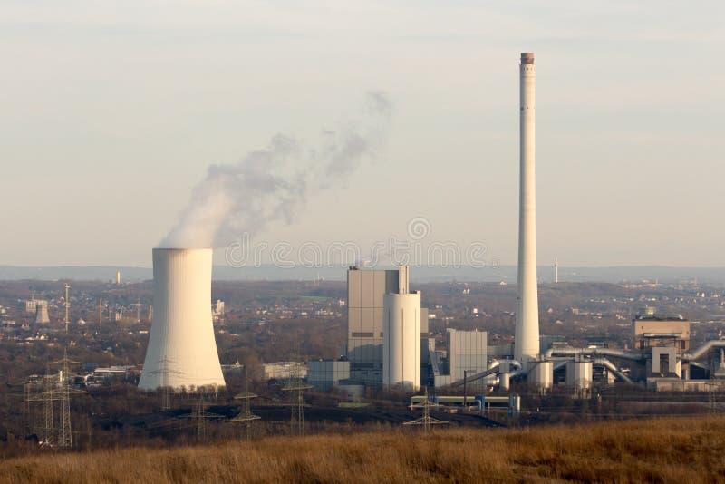 Central eléctrica de energía del carbón en el sol de la tarde del ajuste fotografía de archivo libre de regalías