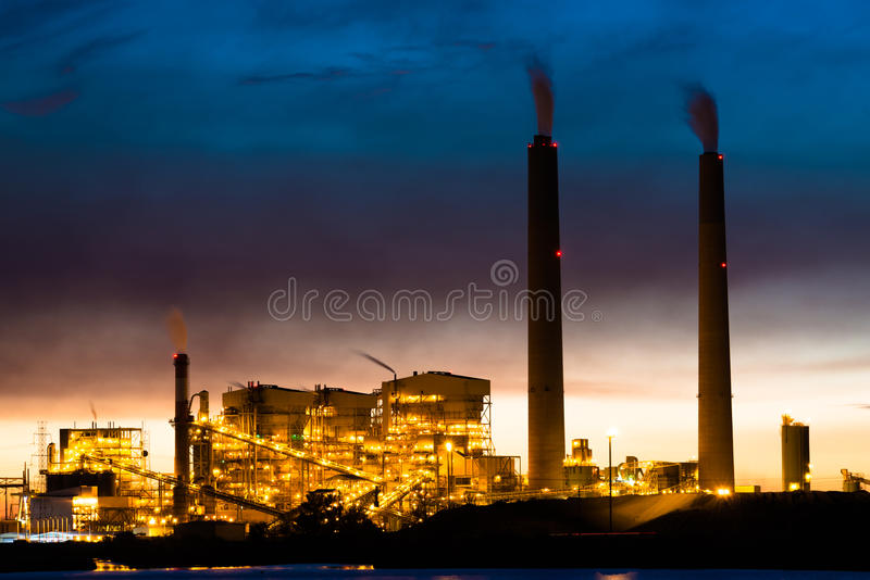 Central eléctrica de energía del carbón en la noche fotografía de archivo libre de regalías