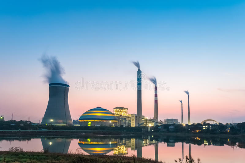 Central eléctrica de energía del carbón en la noche imagen de archivo