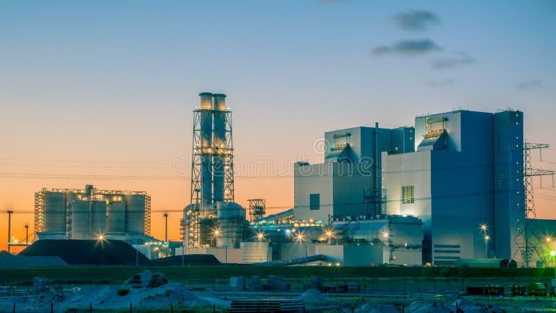 Central eléctrica de energía del carbón moderna imagenes de archivo