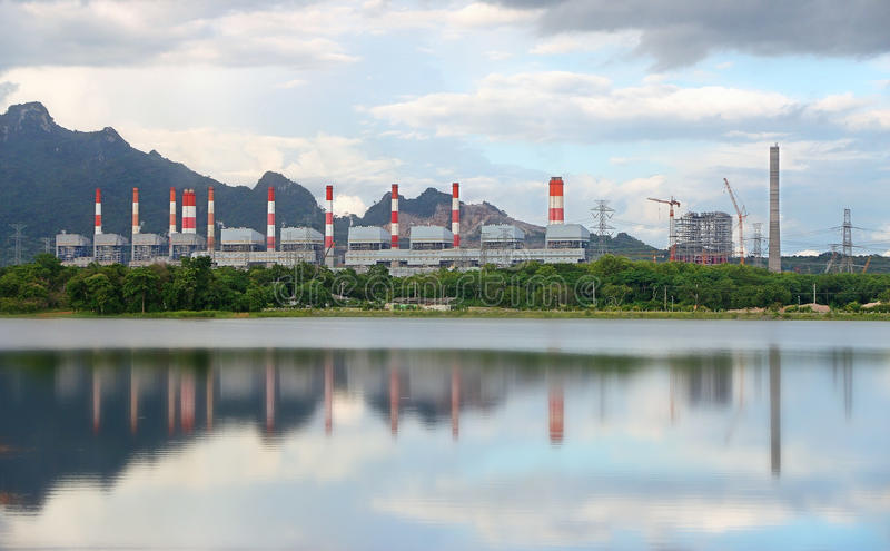 Central eléctrica de energía del carbón verde fotografía de archivo