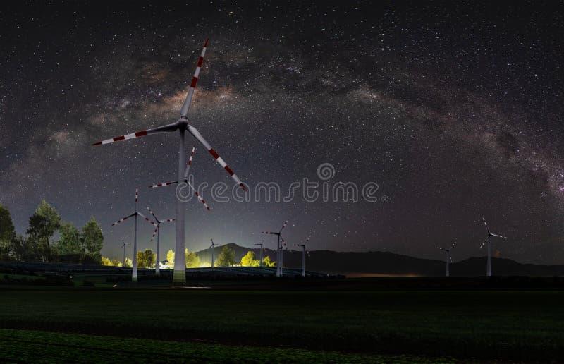 Central eléctrica de energía eólica natural y recursos energéticos respetuosos del medio ambiente sostenibles en la noche con el  fotos de archivo