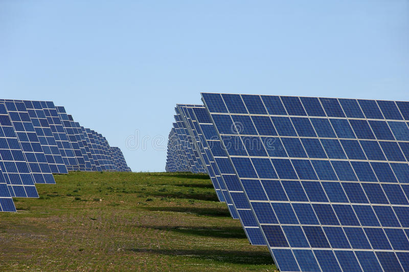 Central eléctrica de energia alternativa de painéis solares fotografia de stock royalty free