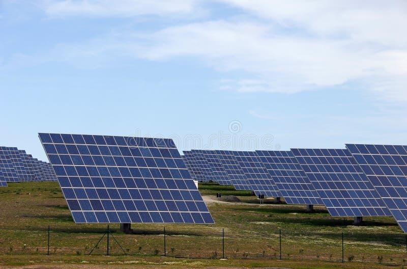 Central eléctrica de energia alternativa de painéis solares imagens de stock royalty free