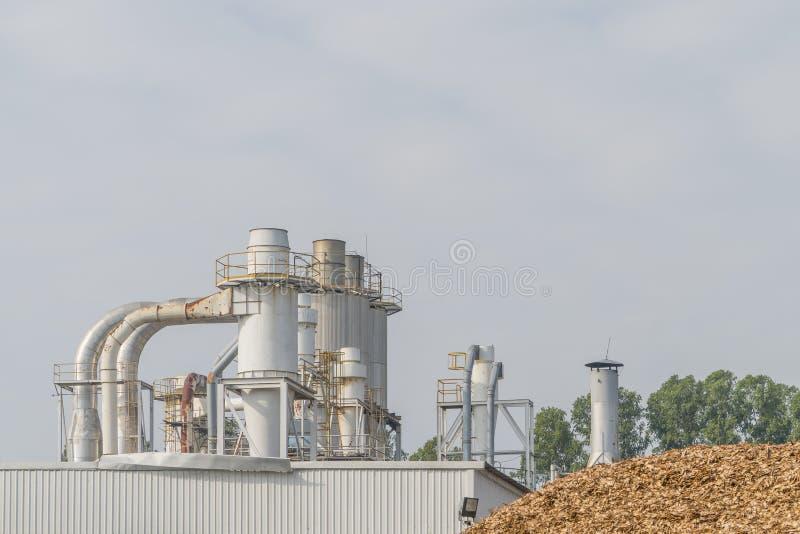 Central eléctrica de la biomasa con los pedazos de madera para la producción eléctrica fotos de archivo libres de regalías