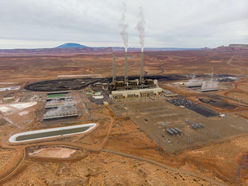 Central eléctrica de la energía en el desierto con los tubos que fuman foto de archivo