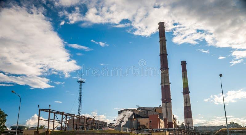 Central eléctrica del combustible fósil del carbón con las chimeneas imágenes de archivo libres de regalías