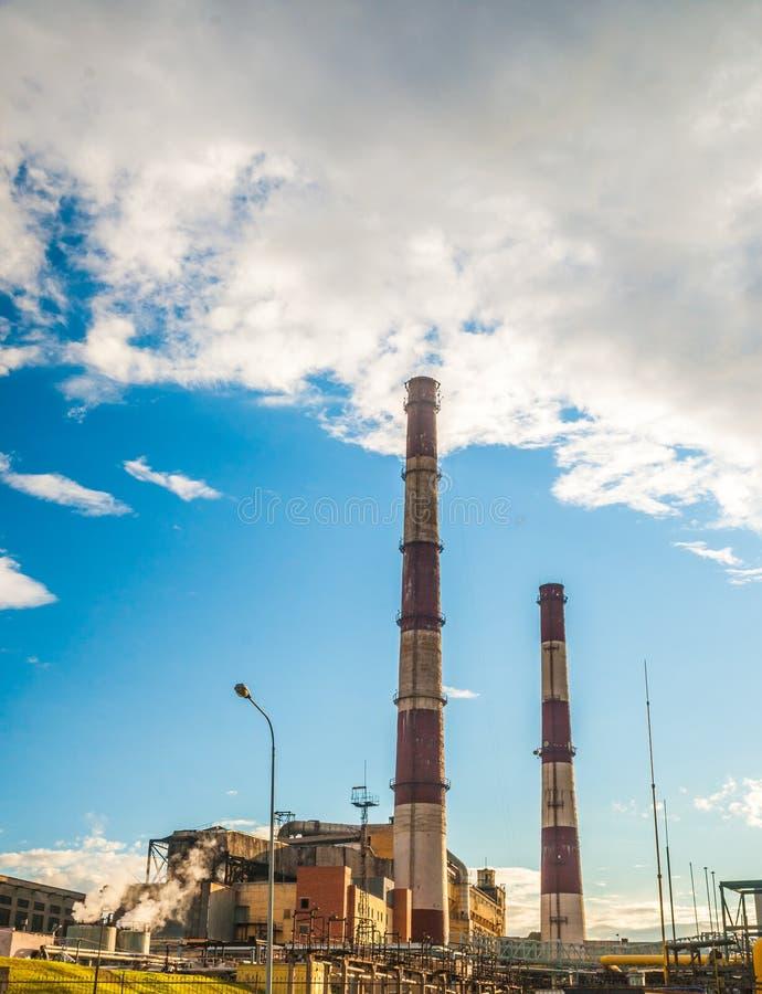 Central eléctrica del combustible fósil del carbón con las chimeneas fotos de archivo libres de regalías