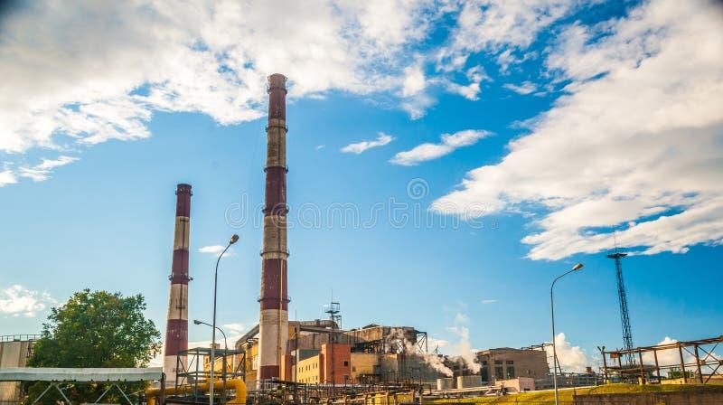 Central eléctrica del combustible fósil del carbón con las chimeneas imagen de archivo libre de regalías