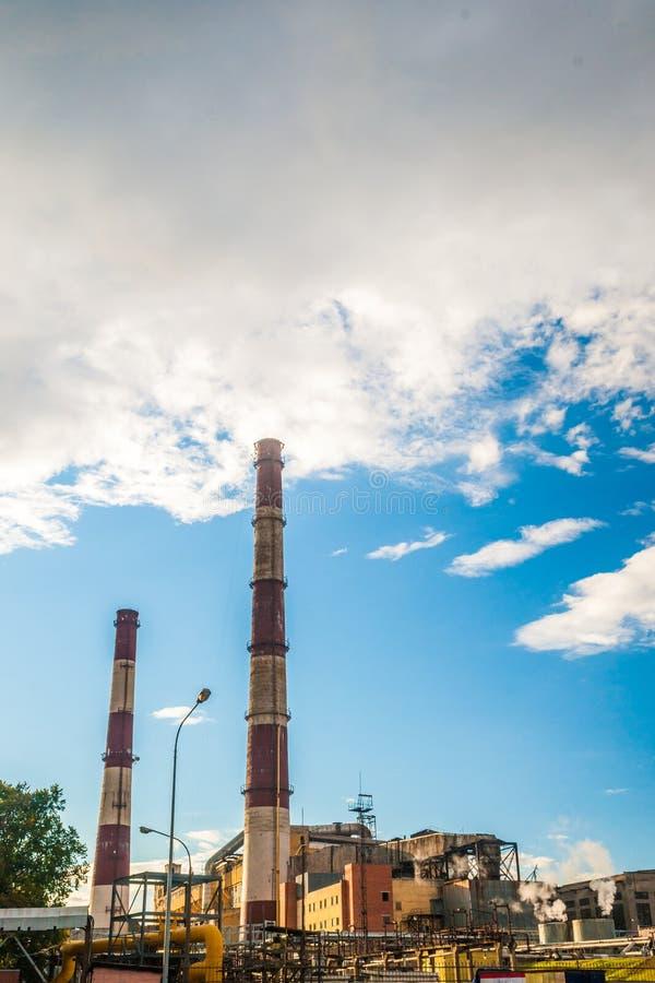 Central eléctrica del combustible fósil del carbón con las chimeneas fotografía de archivo