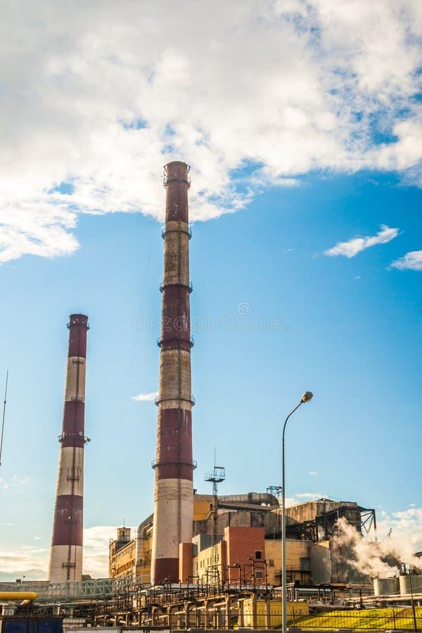 Central eléctrica del combustible fósil del carbón con las chimeneas imagenes de archivo