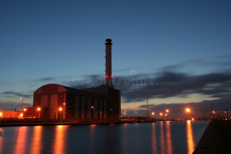 Download Central Eléctrica Despedida De Gás. Foto de Stock - Imagem de chaminé, reflexão: 532420
