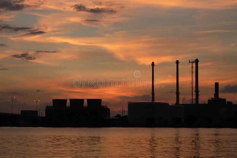 Central eléctrica diesel en el agua imagen de archivo libre de regalías