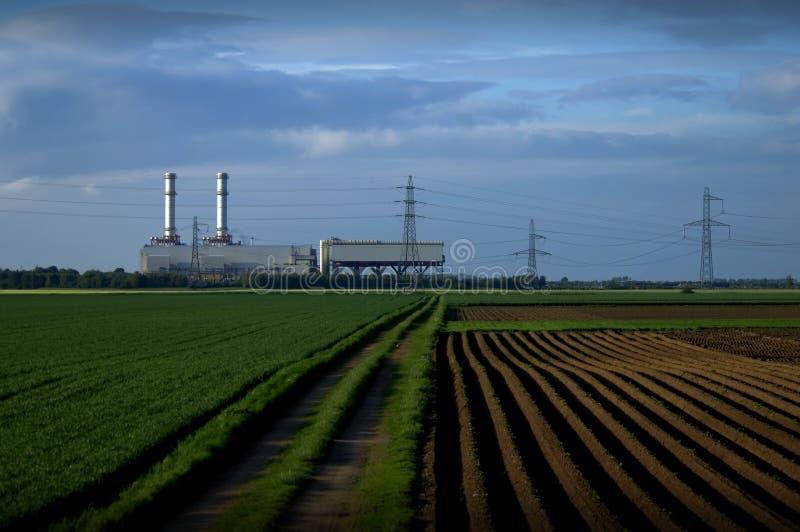 Central eléctrica en campos imagenes de archivo