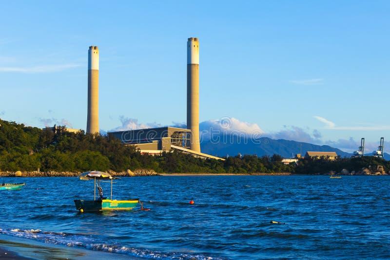 Central eléctrica en el tiempo del día foto de archivo