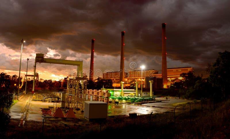 Central eléctrica en Gladstone, Queensland, Australia en la puesta del sol fotografía de archivo libre de regalías