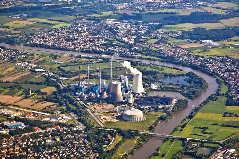 central eléctrica en la cañería de río imagenes de archivo