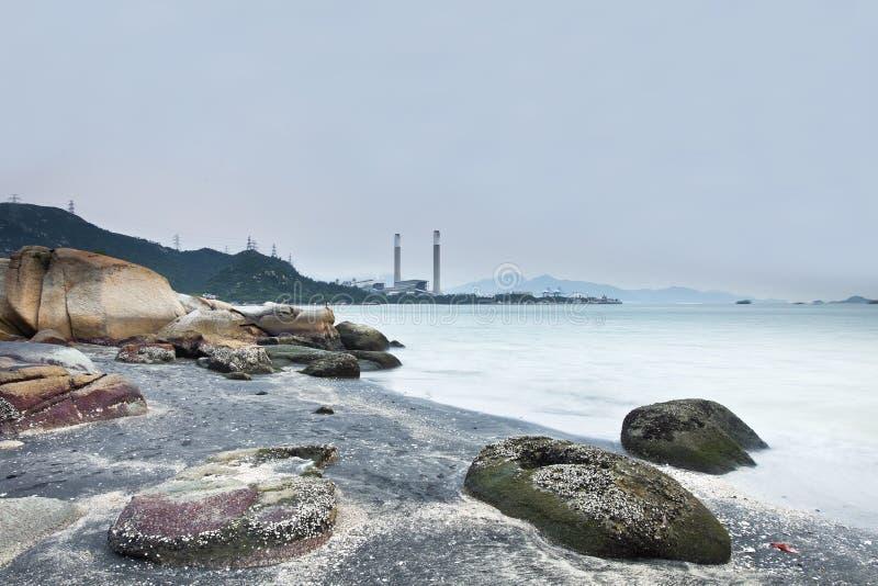 Central eléctrica en la costa con la sensación baja de la saturación foto de archivo libre de regalías
